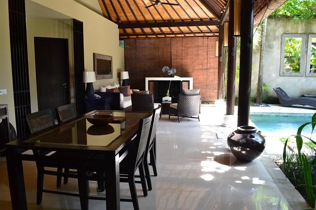 ヴィラアイルバリ ガーデンプールヴィラ・2ベッドルーム リビングとダイニングスペース