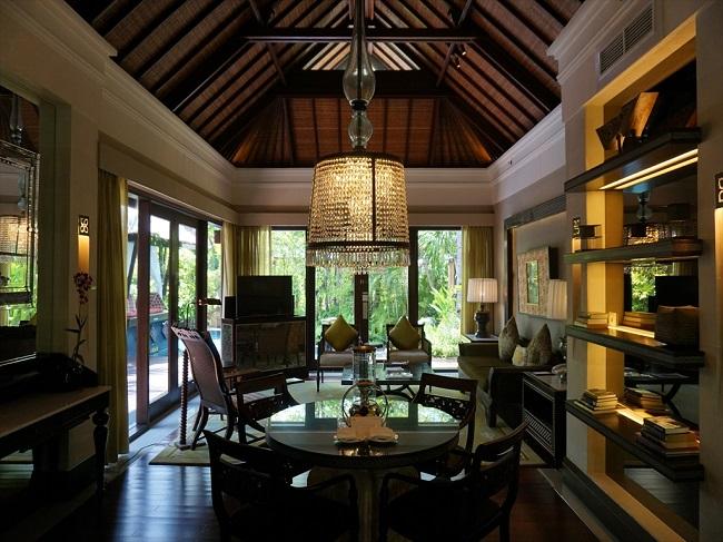 ザ・セントレジス バリ リゾート 1ベッドルームラグーンヴィラ リビングエリア