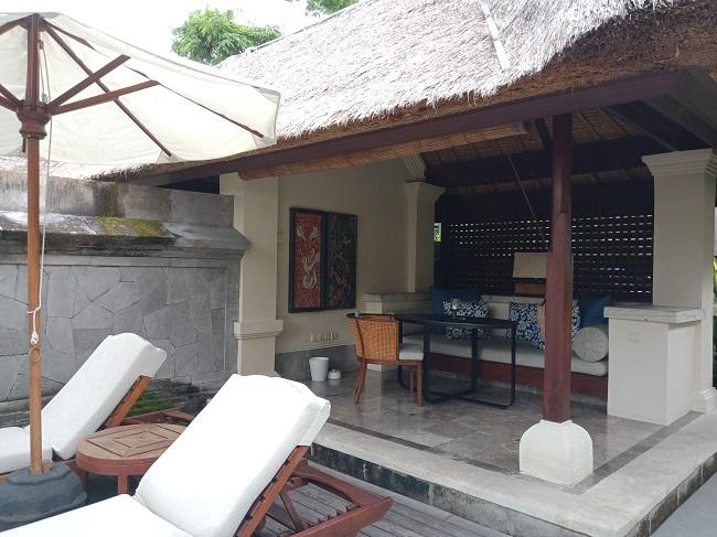 フォーシーズンズリゾートバリアットジンバランベイ ジンバランベイヴィラ 外のリビングエリア