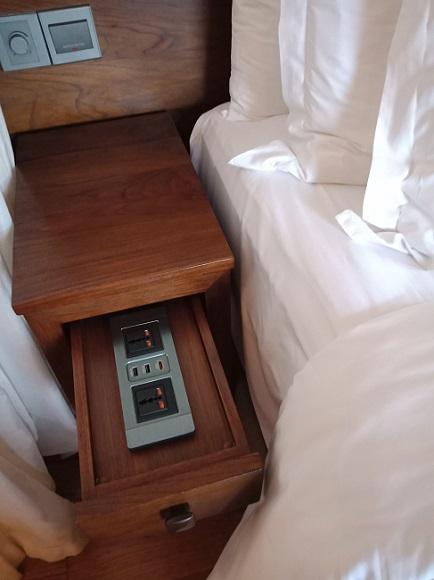 フォーシーズンズリゾートバリアットジンバランベイ ジンバランベイヴィラ ベッドの両脇のコンセント