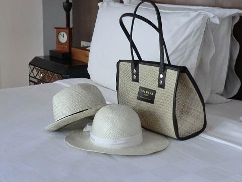 ザ・サマヤ 1ベッドルームロイヤルコートヤードヴィラ ザ・サマヤのロゴ入りバッグと男女兼用のハット