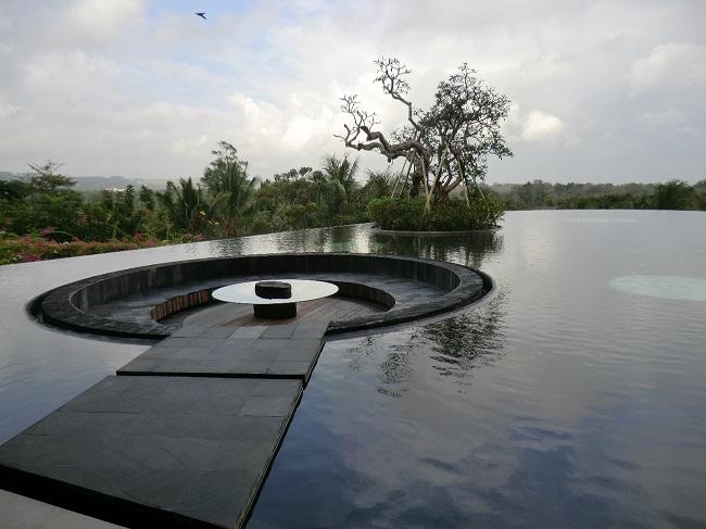 リンバ・ジンバラン・バリ・by・アヤナ ロビー前の池
