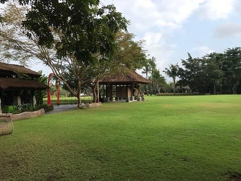 リンバ・ジンバラン・バリ・by・アヤナ プール 芝生のレクリエーション施設