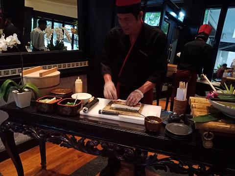 インターコンチネンタル バリ クラブラウンジ 巻き寿司のライブパフォーマンス