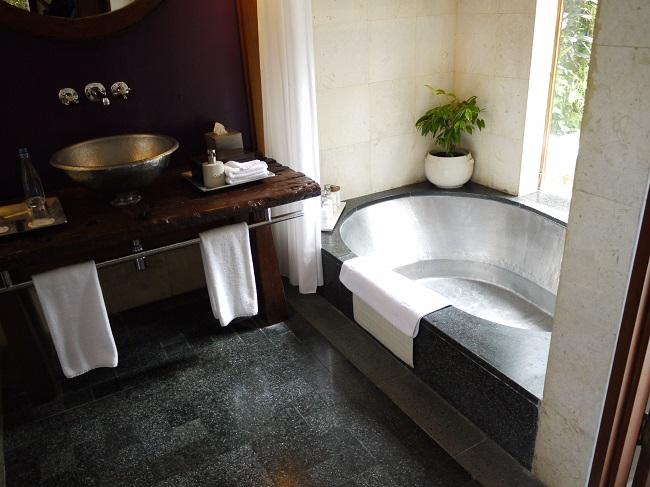マヤ ウブド リゾート アンド スパ デラックスプールヴィラ バスルーム