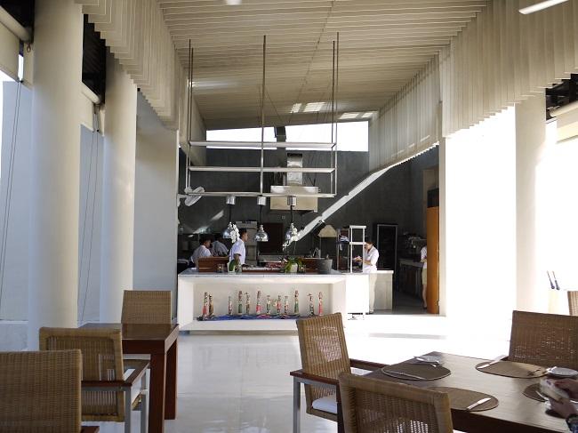 ザ・バレ メインプールサイドのオープンキッチンレストラン『フェイシス』