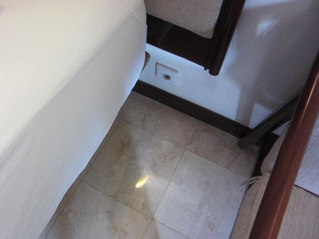 ディスカバリー・カルティカ プラザ ホテル デラックスルーム ベットサイドのコンセント