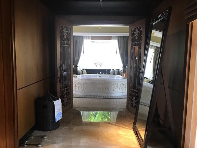 ザ・ヴィラズ・アット・アヤナ・リゾート・バリ 1ベットオーシャンビュープールヴィラ 廊下からバスルームへとつながる空間