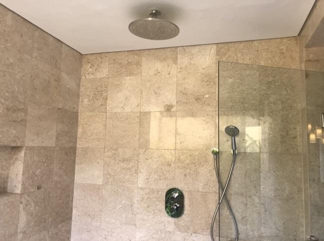 ザ・ヴィラズ・アット・アヤナ・リゾート・バリ 1ベットオーシャンビュープールヴィラ 室内のシャワールーム