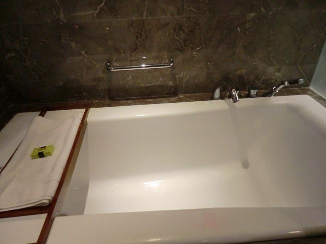 インターコンチネンタル・バリ・リゾート シンガラジャルーム バスタブ