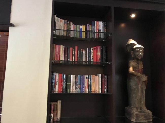インターコンチネンタル・バリ・リゾート SAYANAラウンジ 本棚
