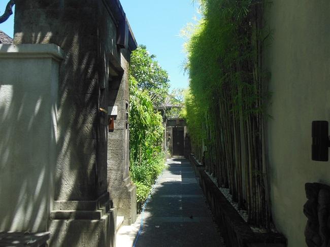 ザ・アマラ スミニャック プールヴィラ、レジデンスヴィラエリアへの通路