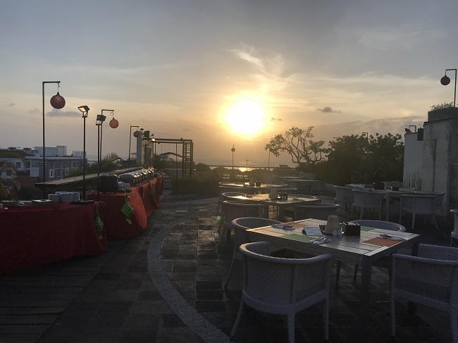 アストン クタ ホテル&レジデンス ライトハウスルーフトップラウンジ 夕陽