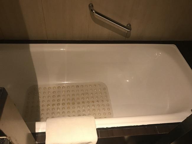 アストン クタ ホテル&レジデンス スーペリアルーム バスタブ