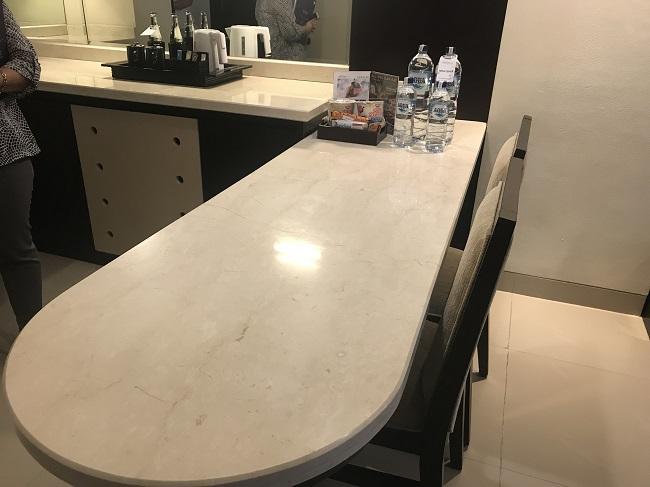 アストン クタ ホテル&レジデンス プレミアムスイート ダイニングテーブル