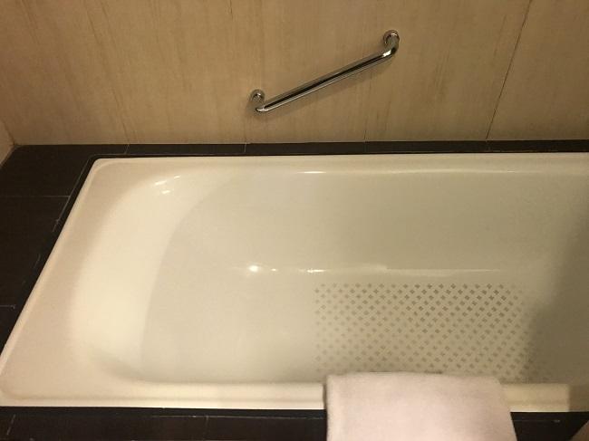 アストン クタ ホテル&レジデンス ファミリールーム バスタブ